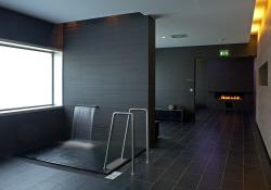 Saunabereich mit Tauchbecken und Ruhebereichen
