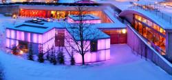 Beleuchteter Saunabereich im Winter